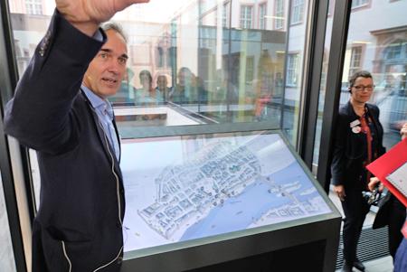Jan Gerchow, Museumsdirektor erläutert die sensormediale Bedienertafel zur Erschließung Frankfurts vom 11 Jhrd. bis heute vor dem Hintergrund des mittelalterlichen Stauferhafens. Foto: Diether v. Goddenthow