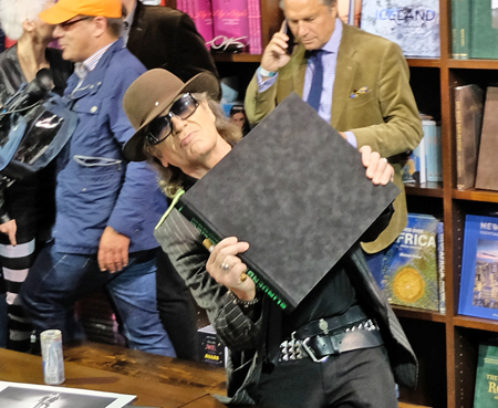 """""""Das Werk haut mich schier um"""", Panikrocker Udo Lindenberg am Teneues-Stand auf der Frankfurter Buchmesse. Foto: Diether v. Goddenthow"""