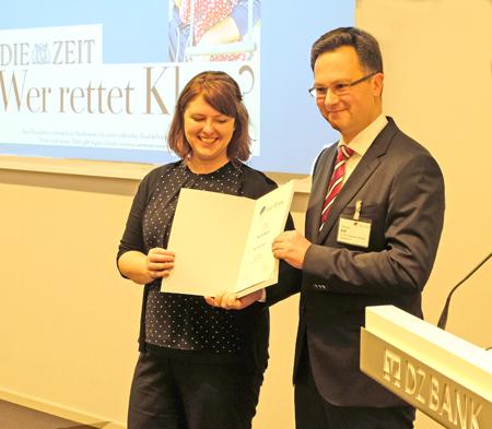 Laudator Michael Boll, Verleger des Solinger Tageblatts, überreicht Nicola Meier die Urkunde. Foto: Diether v. Goddenthow
