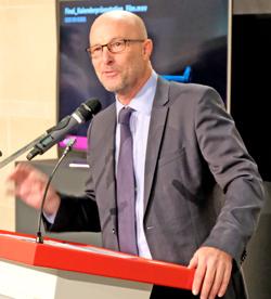 """Dr. Stefan Korbach, Mitglied des Vorstands SV Sparkassenversicherung, zeigte den rund 150 Gästen """"wo der Hammer hängt"""". Foto: Diether v. Goddenthow"""