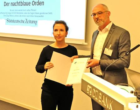 Laudator Thomas Tuma, stellvertretender Chefredakteur Handelsblatt, überreicht Gianna Niewel die Urkunde. Foto: Diether v. Goddenthow