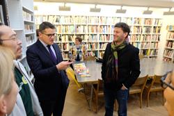 Wissenschafts- und Kunstminister Boris Rhein im Gespräch mit Rektor Professor Philippe Pirotte in der Bibliothek, die unter anderem über ein wertvolles Reden-Archiv verfügt. Foto: Diether v. Goddenthow