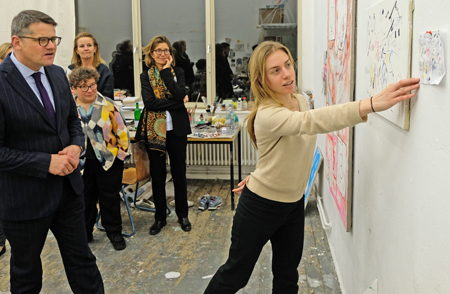 Mal-Atelier: Wissenschafts- und Kunstminister Boris Rhein im Gespräch mit der Studentin Sofia Leiby, Foto: Diether v. Goddenthow