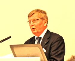 Laudator Dr. Michael Moerchel, freier Journalist, Bonn würdigt die Preisträgerin Stefanie Nickel, die krankheitsbedingt nicht teilnehmen konnte. Foto: Diether v. Goddenthow