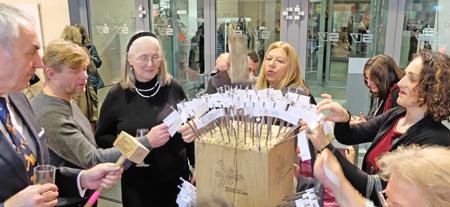 Riesen Gaudi beim Gewinnspiel, seinen mit ausgefülltem Namensschildchen versehenen Nagel per Zapfhammer in den Holzblock zu treiben. Foto: Diether v. Goddenthow