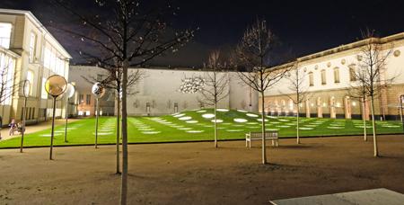 Außenimpression: Der Städelgarten verbindet die Städelschule (links) mit dem Städelmuseum. Foto: Diether v. Goddenthow