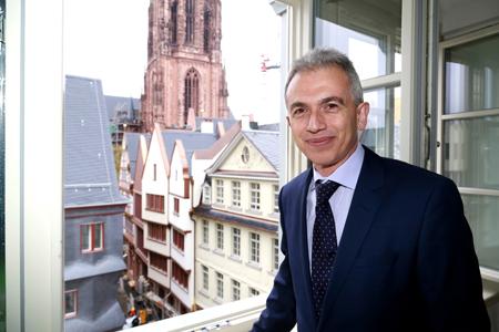 Peter Feldmann in einer der fertiggestellten Musterwohnungen mit Blick auf die rekonstruierte Altstadt mit Dom im Hintergrund. Foto: DomRoemer GmbH, Uwe Dettmar