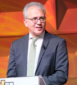 Wirtschaftsminister Tarek Al-Wazir versprach, die Datenautobahnen in Hessen auszubauen. Foto: Diether v. Goddenthow