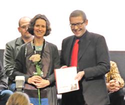 """Ysabel Fantou (Regisseurin) erhielt von Axel Imholz, Kulturdezernent der Landeshauptstadt Wiesbaden, die Urkunde für den Gewinnerfilm """"Die Herberge"""". Foto: Diether v Goddenthow"""