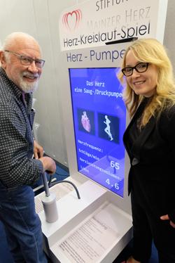 Einer der 15 000 Teilnehmer, hier beim modellhaften Blutdruckspiel mit Handpumpe. Foto: Diether v. Goddenthow