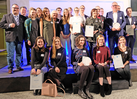 Die Gewinnerinnen und Gewinner des Designpreises Rheinland-Pfalz 2017 im Foyer der Handwerkskammer Mainz am 15.November 2017 mit Wirtschaftsstaatssekretär Andy Becht (ganz links). Foto: Diether v. Goddenthow