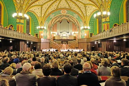 Ein rauschender Gottesdienst, im Hintergrund die Kinder- und Jugendlichen der Kinder- und Jugendkantorei der Ev. Singakademie Wiesbaden. Foto: Diether v. Goddenthow