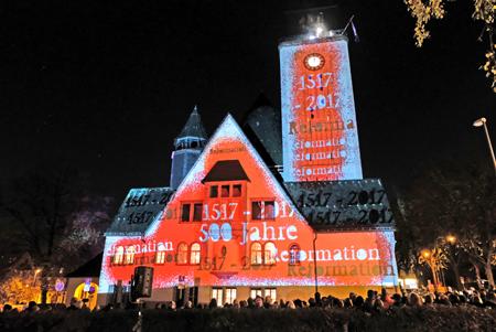 Spektakuläre Lichtperformance an der Außenfassade der Lutherkirche - Glockenläuten, Sekt und Mitternachtssuppe Foto: Diether v. Goddenthow