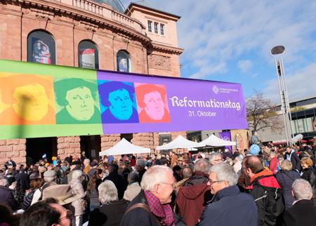 Luthertafel auf dem Gutenberg-Platz vor dem Mainzer Staatstheater. Foto: Diether v. Goddenthow