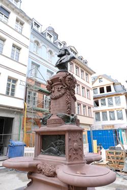 Der wiederhergestellte Stolzebrunnen wurde wieder an seinem angestammten Platz aufgestellt. Hier bei der Enthüllung am 29.09.2017. Foto: Diether v. Goddenthow