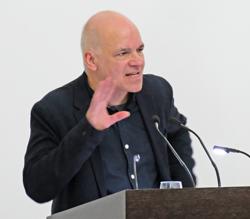 Schriftsteller Frank Witzel, Kurator und Gastgeber der 20. Wiesbadener Literaturtage begeisterte mit seinen Bildbetrachtungen im Rahmen eines virtuellen Rundgangs durch das Museum Wiesbaden. Foto: Diether v. Goddenthow