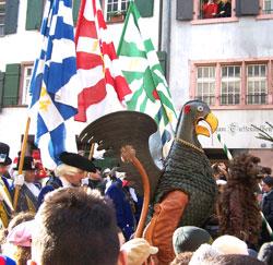 """Bannerherren, """"Vogel Gryff"""" und """"Leu"""" in der Rheingasse. Foto: Jutta Ziegler"""