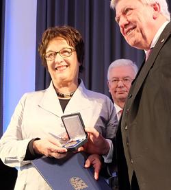 Bundeswirtschaftsministerin Brigitte Zypries mit Ministerpräsident Volker Bouffier. Foto: Diether v. Goddenthow