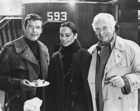 Roger Moore und Curd Jürgens mit Ehefrau Margie bei den Dreharbeiten zu THE SPY WHO LOVED ME (GB/US 1977, R: Lewis Gilbert) © DIF-Nachlass-Curd-Juergens
