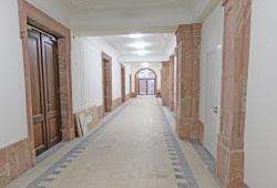 Baustellen-Impression: Sanierte Flure, Türen, Decken usw. © Foto: Diether v. Goddenthow