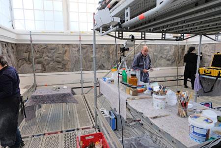 Baustellen-Impression: In 6 Metern Gerüst-Höhe werden letzte Retusche-Arbeiten am wieder eingebauten umlaufenden Parthenon-Relief durchgeführt. © Foto: Diether v. Goddenthow