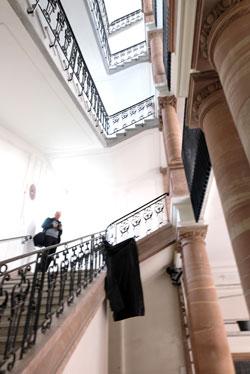 Das Treppenaus-Auge: Hier befand sich der Aufzug, der herausgenommen wurde, damit das alte Treppenhaus wieder zur Wirkung kam. © Foto: Diether v. Goddenthow