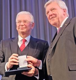Ministerpräsident a.D. Roland Koch mit dem amtierenden Hessischen Ministerpräsident Volker Bouffier. Foto: Diether v. Goddenthow