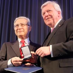 Prof. Dr. Salomon Korn, Vorsitzender der Jüdischen Gemeinde Frankfurt mit Ministerpräsident Volker Bouffier. Foto: Diether v. Goddenthow