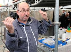 Restaurator Thomas Salveter erläuert die Arbeitsschritte der schwierigen Friessanierung, hier auf dem Baugerüst. © Foto: Diether v. Goddenthow