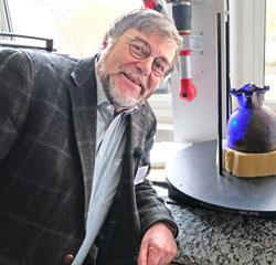 Prof. Dr. Markus Egg bei der Präsentation des 3D-Scanners. Foto: Diether v. Goddenthow