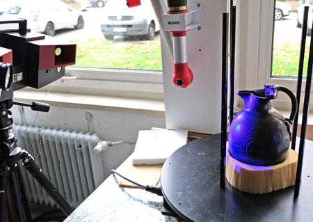 Ein3D-Scanner vermisst den wertvollen einmaligen Krug. Die Messdaten werden mit entsprechender Software für den 3D-Print weiterverarbeitet.  Foto: Diether v. Goddenthow