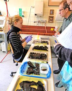 Eine Studentin des Bachelor-Studiengangs Archäologischer Restaurator demonstriert die Phasen der Behandlung frühgeschichtlicher Lederfunde. Foto: Diether v. Goddenthow