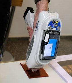 """Mit der """"Röntgenpistole"""" können Materialien selbst im offenen Feld analysiert werden. Foto: Diether v. Goddenthow"""