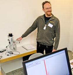Dr. Florian Ströbele wissenschaftlicher Mitarbeiter im Kompetenzbereich »Naturwissenschaftliche Archäologie« und Archäometrie-Experte demonstriert eine mobile Röntgenfluoreszenz-Anlage. Foto: Diether v. Goddenthow