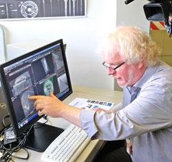 Stephan Patscher M.A., Archäologe und Archäologischer Restaurator, zeigt, wie die CT-Aufnahmen zu deuten sind.  Foto: Diether v. Goddenthow