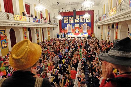 Die Sondersitzung für die Mitarbeiter der Universitätsmedizin Mainz fand am Donnerstag, 18. Januar, ab 18.33 Uhr im Großen Saal des Kurfürstlichen Schlosses zu Mainz statt. Hier beim Einzug der Garden und des Komitees.© Foto: Diether v. Goddenthow