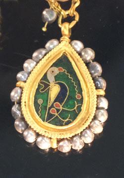 Wertvolle Emaille-Arbeit zeigt eine Taube - Detail aus dem Collier des Goldschatzes von Preslav. Foto: Diether v. Goddenthow