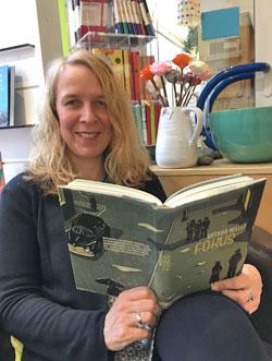 Buchhändlerin Silke Müller stellt Illustrationen von Franziska Neubert vor.