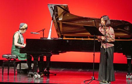 Jazzpianistin Aki Takase  und Yoko Tawada danken   mit einer faszinierenden Performance, die in  die wunderbare Welt der Wortakrobatik der deutsch-japanischen Schriftstellerin einführte. © Foto: Heike v. Goddenthow