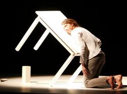 """Zachary Chant tanzt eine """"Eine ewige Baustelle"""", eine Metapher auf die Selbstsabotagen im Leben? © Foto: Heike v. Goddenthow"""