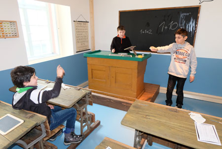 Wie Schule früher war - original Schulraum wie Schule noch bis in die 60er Jahre üblich war.© Foto: atelier-Goddenthow