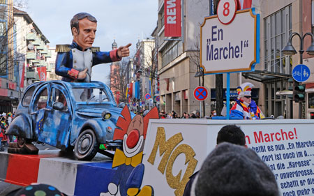 """In Frankreich heißt es nun """"En Marche!"""" Doch vieles dort ist noch im A…  Wenn auch lädiert ist die """"Karosse"""", Macron macht weiter unverdrosse. Drum fragt man sich, schafft er die Chose, kann der Garcon noch mehr als Pose? © Foto: Diether v. Goddenthow"""