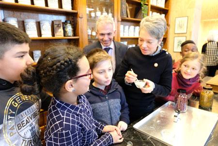 Dr. Ina Hartwig und Oberbürgermeister Peter Feldmann im Fachgespräch mit Kindern über Heilsalben in der Historischen Drogerie. © Foto: atelier-Goddenthow