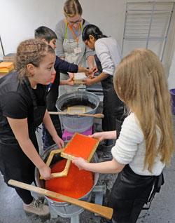 Beim Papierschöpfen in den Werkstätten im Kellergewölbe.© Foto: atelier-Goddenthow