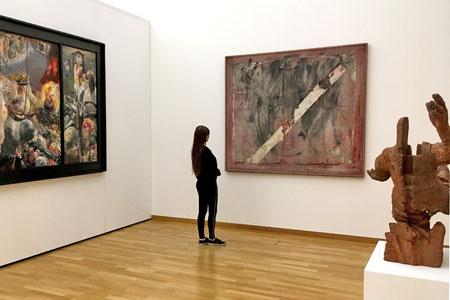 Foto: Begegnung mit dem Relief von Antoni Tàpies © GDKE Rheinland-Pfalz – Landesmuseum Mainz