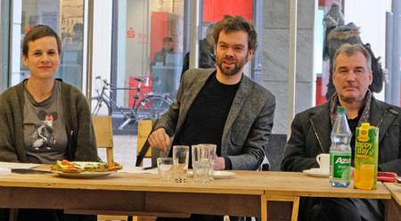 """Unter der Intendanz von Uwe Erc Laufenberg (r.) verantworten die beiden Kuratoren Maria Magdalena Ludwig und Martin Hammer die zweite Ausgabe der Wiesbadener Biennale vom 22.3.8. bis 2.9.2018. Gestern eröffneten sie das Biennale-Projektbüro Schwalbacher Strasse /Ecke Faulbrunnenstrasse und setzten den Startschuss für die künstlerische Intervention unter dem Schwerpunktthema """"Hinterland"""". © Foto: Diether v. Goddenthow"""