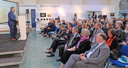 Prof. Dr. Markus Egg, Direktor für Werkstätten und Labore sowie Leiter des Kompetenzbereichs Vorgeschichte, begrüßte die Festgesellchaft und führte durch das Programm. © Foto: Diether v. Goddenthow