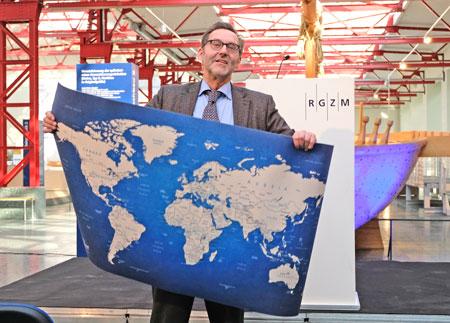 Prof. Dr. Falko Daim (Bild) freut sich über die Weltkarte der Wissenschaft, die ihm Wissenschaftsminister Prof. Dr. Konrad Wolf im Namen der Landesregierung  zum Abschied überreicht hatte  © Foto: Diether v. Goddenthow
