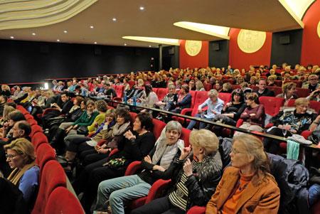 """Begeisterte Zuschauer in der übervollen Caligari-Filmbühne bei der Eröffnung des 14. Deutschen Fernsehkrimi-Festivals mit dem Tatort """"Unter Kriegern"""". © Foto: Diether v. Goddenthow"""