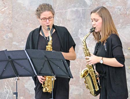 Musikalisch umrahmt wurde die Feierstunde von Anne Siebrasse und Regina Reiter, dem Duo Saxophilie. Foto: Diether v. Goddenthow